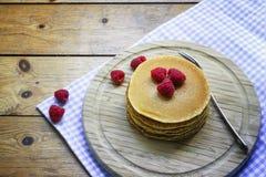 Pfannkuchenfrühstück mit Himbeere auf hölzernem Hintergrund Stockfoto
