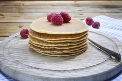 Pfannkuchenfrühstück mit Himbeere auf hölzernem Hintergrund Lizenzfreie Stockbilder