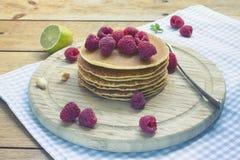 Pfannkuchenfrühstück mit Himbeere auf hölzernem Hintergrund Stockfotografie