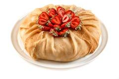Pfannkuchenkuchen verziert mit Erdbeeren auf lokalisiertem weißem Hintergrund stockbilder