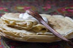 Pfannkuchenpfannkuchen mit Sauerrahm Stockfotografie