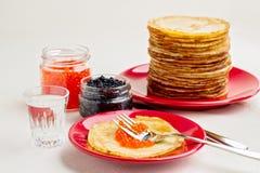 Pfannkuchenwoche Pfannkuchen mit rotem und schwarzem Kaviar Stockfotografie