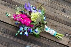 Pfau, der Brautblumenstrauß auf hölzernem Hintergrund heiratet Lizenzfreie Stockfotos