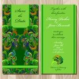 Pfau versieht Hochzeitseinladungskarte mit Federn Bedruckbare Vektorillustration Stockfotografie