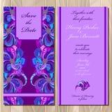 Pfau versieht Hochzeitseinladungskarte mit Federn Bedruckbare Vektorillustration Stockbilder