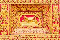Pfau-Wandskulptur im thailändischen Tempel Lizenzfreie Stockfotos