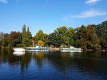 Pfaueninsel - isla del Peafowl, el paisaje del otoño en el embarcadero fotos de archivo libres de regalías