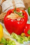 Pfeffer, angefüllte, gegrillte Truthahnbrust, Gemüse, Salat Stockbild