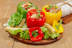 Pfeffer, angefüllte, gegrillte Truthahnbrust, Gemüse, Salat Lizenzfreies Stockfoto