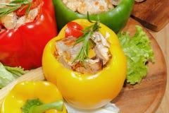 Pfeffer, angefüllte, gegrillte Truthahnbrust, Gemüse, Salat Lizenzfreie Stockfotos