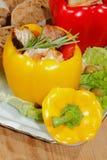 Pfeffer, angefüllte, gegrillte Truthahnbrust, Gemüse, Salat Stockfotografie