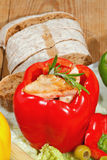 Pfeffer, angefüllte, gegrillte Truthahnbrust, Gemüse, Salat Stockbilder