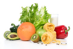 Pfeffer der Obst und Gemüse organisches Grünes und Rotes, Tomaten, Mandeln, frischer Salat, Spaghettis, Pampelmuse, Glas Milch au Lizenzfreie Stockfotos