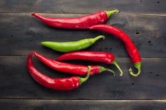 Pfeffer der roten Paprikas auf schwarzem hölzernem Brett Lizenzfreie Stockfotos