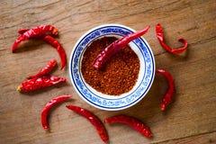 Pfeffer des roten Paprikas über dem Holztisch lizenzfreies stockfoto