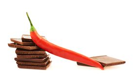 Pfeffer des roten Paprikas über Schokoladenstücken Stockfoto