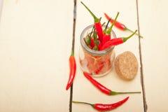 Pfeffer des roten Paprikas auf einem Glasgefäß stockbilder