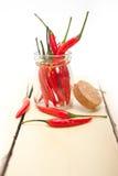 Pfeffer des roten Paprikas auf einem Glasgefäß lizenzfreie stockbilder