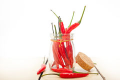 Pfeffer des roten Paprikas auf einem Glasgefäß lizenzfreies stockbild
