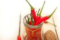 Pfeffer des roten Paprikas auf einem Glasgefäß stockbild