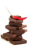 Pfeffer des roten Paprikas auf Stapel dunkler Schokolade bessert aus Lizenzfreie Stockfotografie