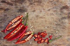 Pfeffer des roten Paprikas geschnitten auf hölzernem hackendem Brett Stockfotos