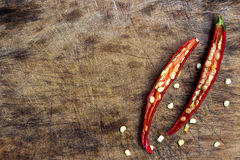Pfeffer des roten Paprikas geschnitten auf hölzernem hackendem Brett Lizenzfreies Stockbild
