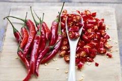 Pfeffer des roten Paprikas geschnitten auf hölzernem hackendem Brett Stockfoto