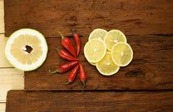Pfeffer des roten Paprikas, Scheiben eine Zitrone Stockfotografie