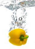 Pfeffer fallen gelassen in Wasser Stockfotografie