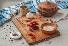Pfeffer, Gewürze und Knoblauch in der ukrainischen Küche Stockbild
