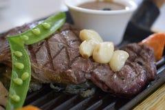 Pfeffer-Rindfleischsteak gedient mit Gemüse Stockfoto