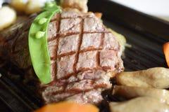 Pfeffer-Rindfleischsteak gedient mit Gemüse Lizenzfreies Stockfoto
