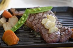 Pfeffer-Rindfleischsteak gedient mit Gemüse Lizenzfreie Stockfotos