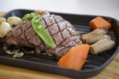 Pfeffer-Rindfleischsteak gedient mit Gemüse Stockfotos