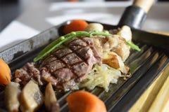 Pfeffer-Rindfleischsteak gedient mit Gemüse Lizenzfreie Stockfotografie