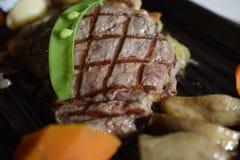 Pfeffer-Rindfleischsteak gedient mit Gemüse Stockfotografie