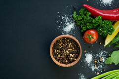 Pfeffer und Gemüse auf einem dunklen Hintergrund Lizenzfreies Stockbild