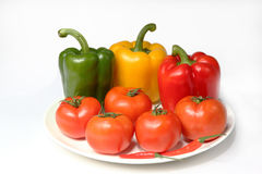 Pfeffer und Tomate auf der Platte Lizenzfreie Stockfotografie