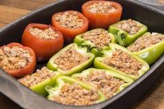 Pfeffer und Tomaten angefüllt mit Fleisch Stockbilder
