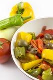 Pfeffer, Zwiebeln, Tomaten und Oliven lizenzfreies stockbild