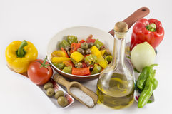 Pfeffer, Zwiebeln, Tomaten und Oliven lizenzfreies stockfoto