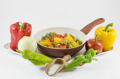 Pfeffer, Zwiebeln, Tomaten und Oliven lizenzfreie stockbilder