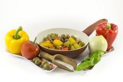 Pfeffer, Zwiebeln, Tomaten und Oliven stockbild