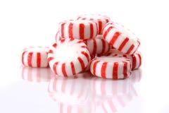 Pfefferminz-Süßigkeiten auf einem weißen Hintergrund stockfoto