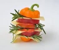 Pfeffersandwich mit Käse und Salami stockbilder