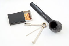 Pfeife des Tabaks, Reinigungswerkzeug und Match stockfoto