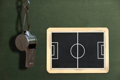 Pfeife mit Fußballplatz Stockfotografie