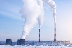 Pfeifen des Wärmekraftwerks Kohlendioxyd in der Atmosphäre ausstrahlend Konzept der Umweltverschmutzung Stockbilder