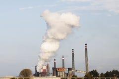 Pfeifen von einer Industrieanlage Stockfoto